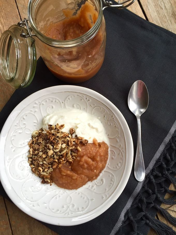 sugarfree applesauce with granola and yoghurt
