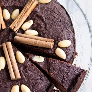 A festive treat without the sugar rush: This gluten free and moist spiced chocolate torte is sweetened with dates and erythritol. The perfect crowning glory for a special dinner with notes of cinnamon, cardamom and cloves.