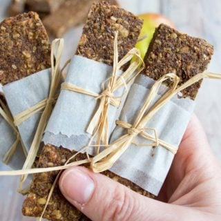 An insanely satisfying grab and go snack for busy days: These grain free, low carb and sugar free apple cinnamon granola bars can be made in advance. Chewy, nutty and perfect for when you're out and about.
