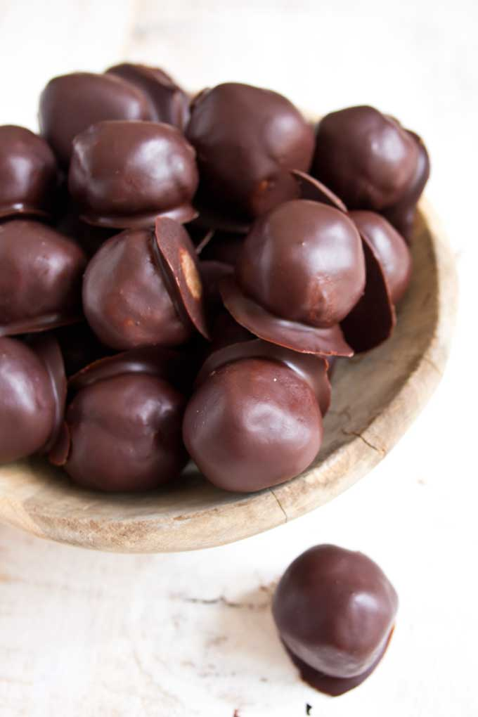 Almond butter chocolate pralines are perfect for those moments when only a decadently nutty bitesized treat will do. Low carb and sugar free.