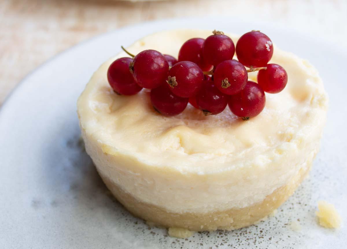 a mug cheesecake with a crust
