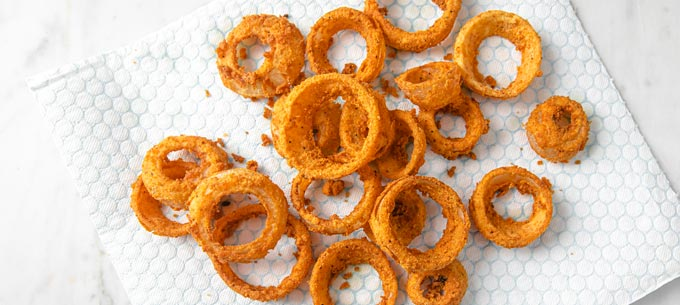 onion rings after frying on kitchen paper
